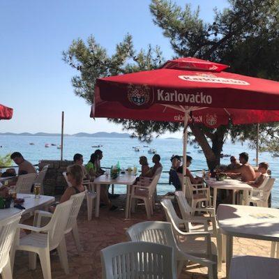 Kroatisch essen oder ein kaltes Getränk genießen